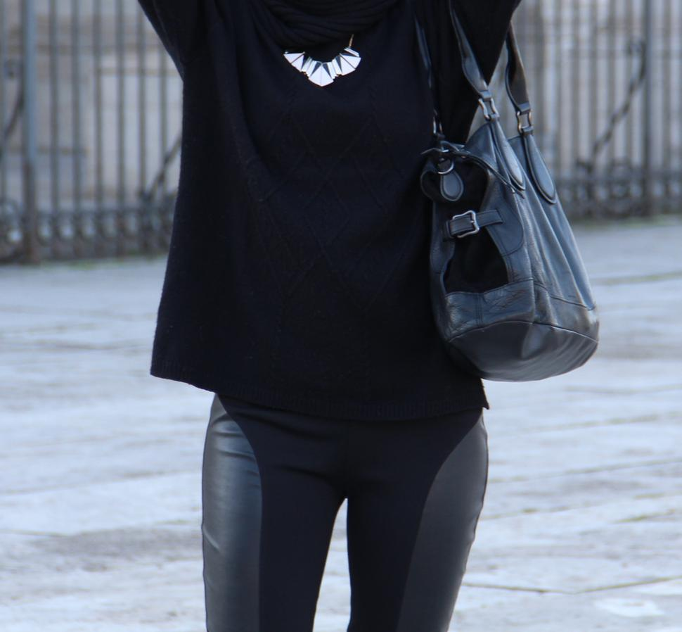 total black outfit con maglia nera, leggings in pelle e slippers
