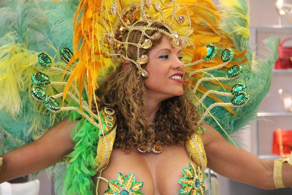 ballerina brasiliana di samba all'evento patricia al'kary