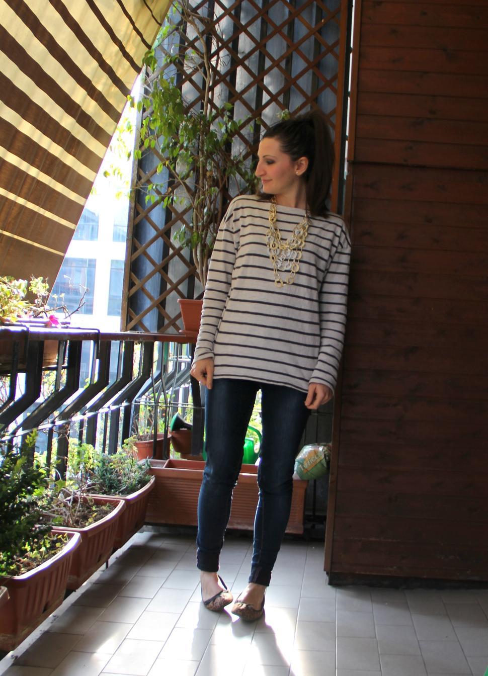 outfit primaverile con maglia a righe e ballerine leopardate