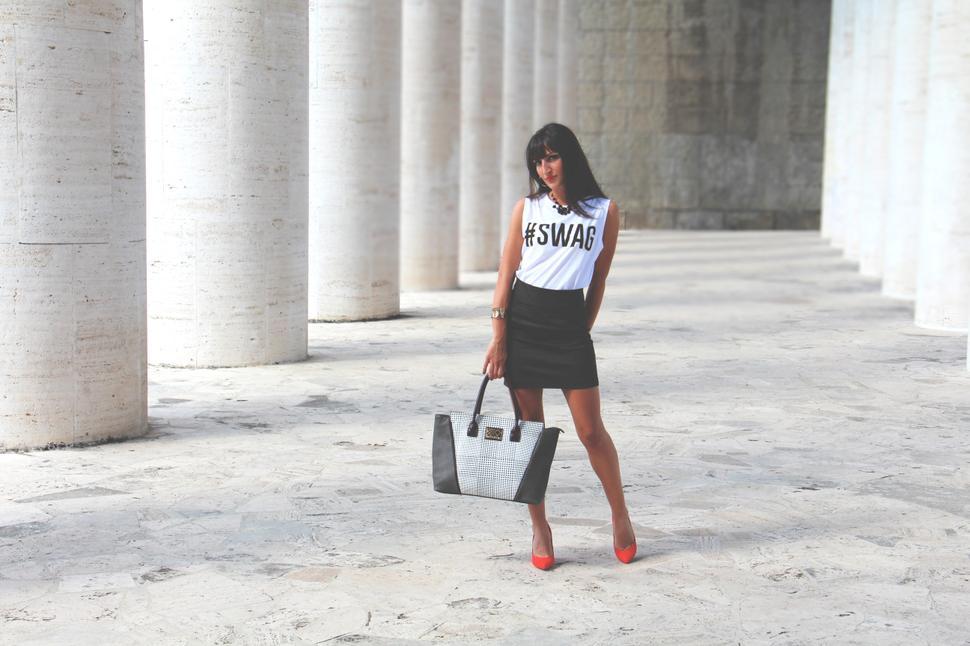 outfit longuette t-shirt borsa pumps rosse