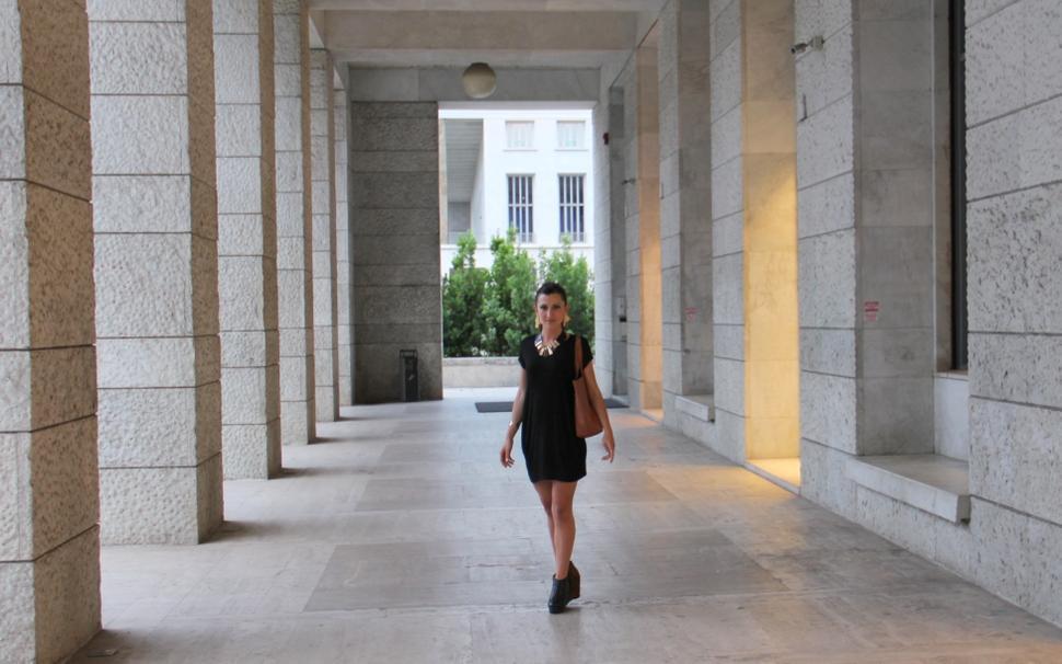 white gallery fashion blogger