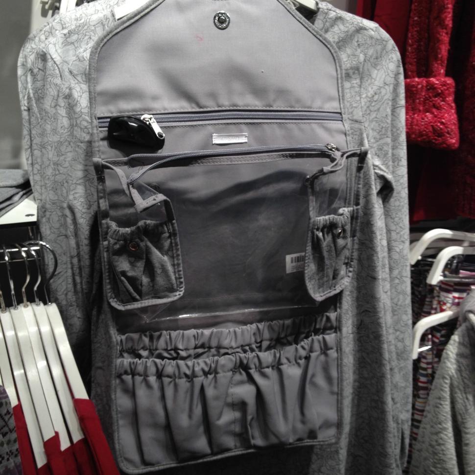 beautycase grigio con molte tasche pratico per il viaggio che si chiude a forma di busta