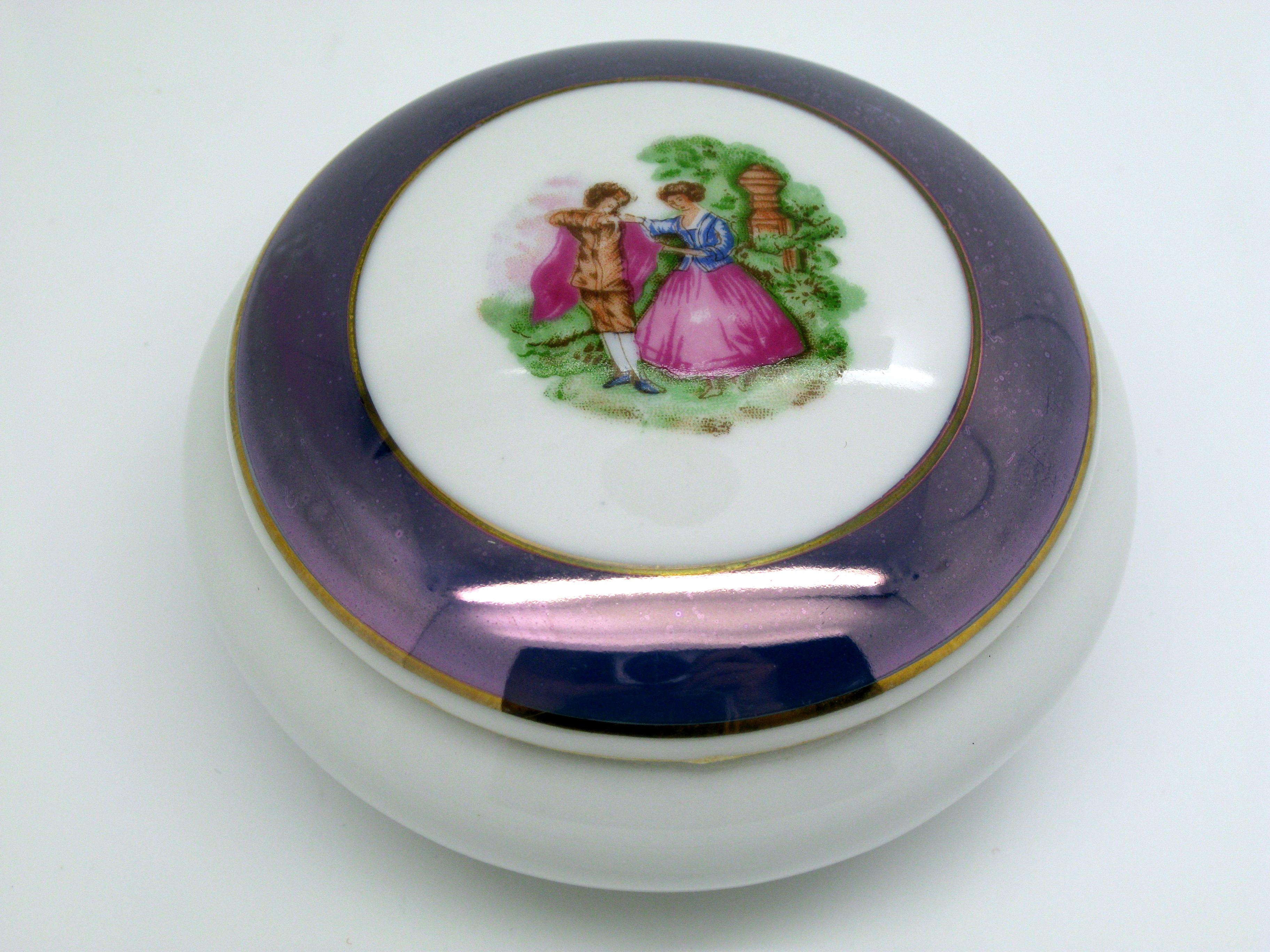 Cofanetto in porcellana marchio capodimonte con romantica decorazione